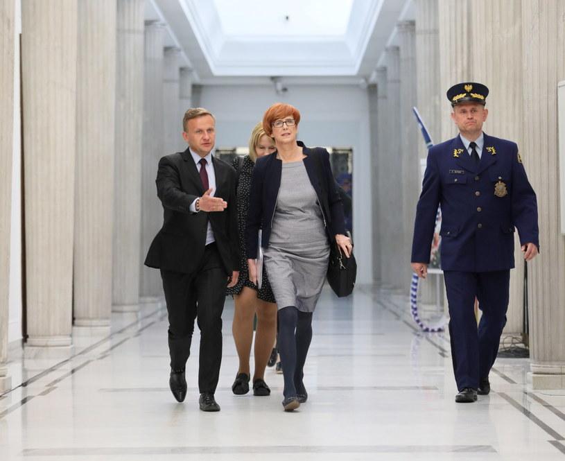 Elżbieta Rafalska w drodze na spotkanie / Leszek Szymański    /PAP