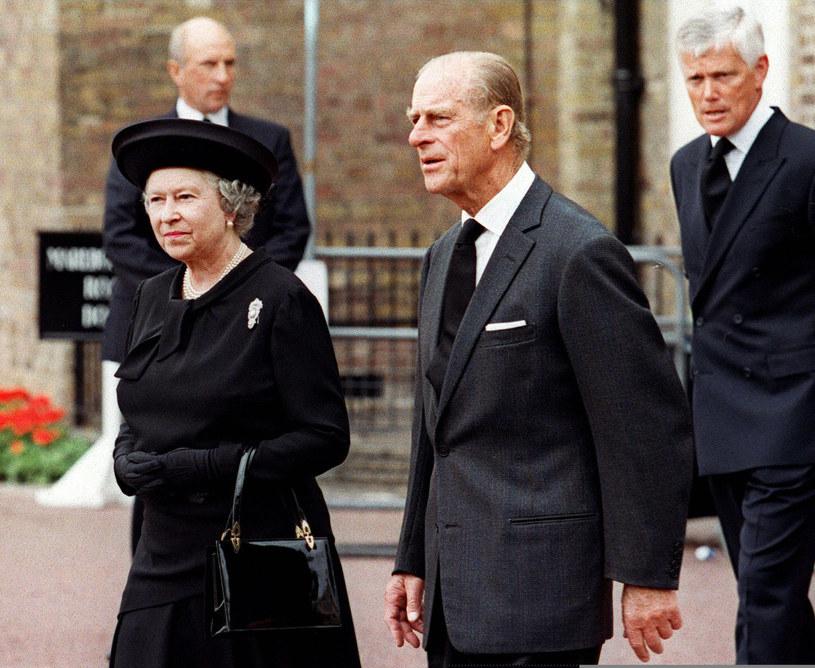 Elżbieta z mężem na pogrzebie Diany /AFP