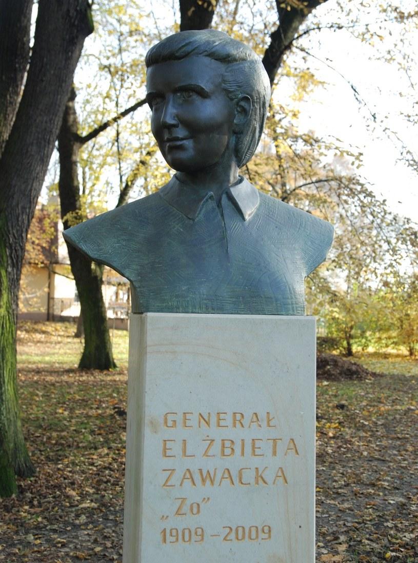 Elżbieta Zawacka była jedyną kobietą w szeregach cichociemnych. Na zdjęciu jej pomnik w krakowskim Parku Jordana (fot. Skabiczewski/CC BY-SA 4.0) /Ciekawostki Historyczne