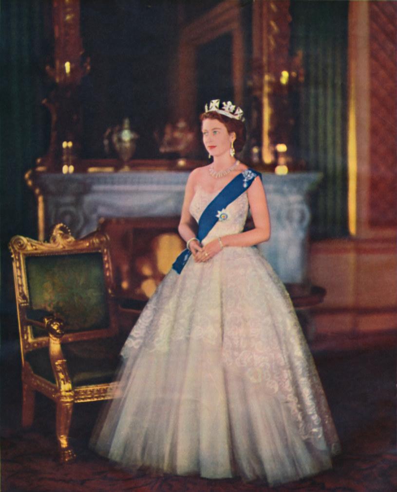 Elżbieta została ogłoszona królową w czwartek, 7 lutego 1952, w St. James's Palace. Musiała długo ćwiczyć gesty i przyzwyczajać się do noszenia niezwykle ciężkiej korony. /Image State /East News