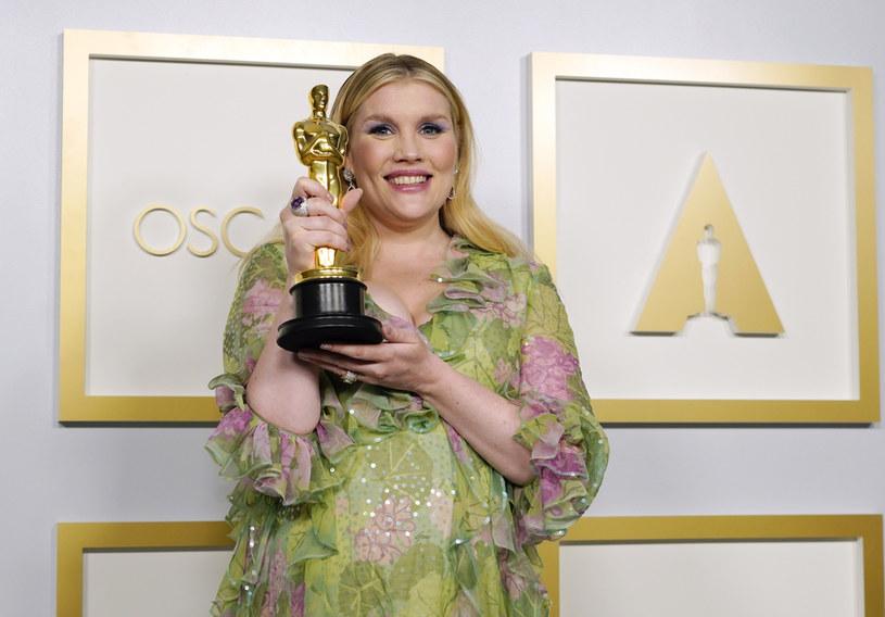 """Emerald Fennell z Oscarem za najlepszy scenariusz oryginalny do filmu """"Obiecująca. Młoda. Kobieta"""" /Chris Pizzello-Pool /Getty Images"""