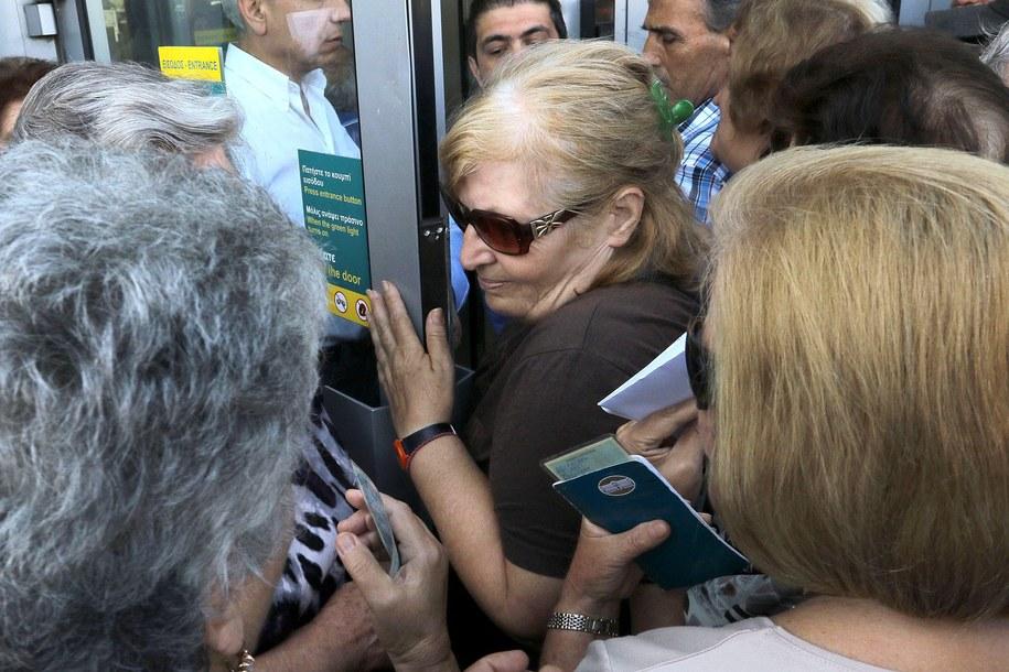 Emeryci mogą pobrać w banku jednorazowo 120 euro /STEFANOS RAPANIS  /PAP/EPA
