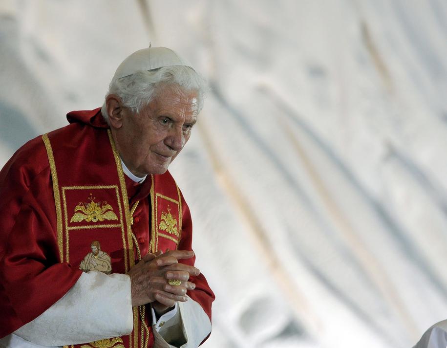Emerytowany papież Benedykt XVI przerwał milczenie i stanął w obronie celibatu księży i jego wartości /CLAUDIO ONORATI    /PAP/EPA