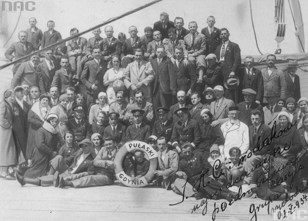 """Emigranci polscy na statku SS """"Pułaski"""" w drodze do Stanów Zjednoczonych /Z archiwum Narodowego Archiwum Cyfrowego"""