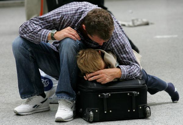Emigrować chcą głównie ludzie młodzi /AFP