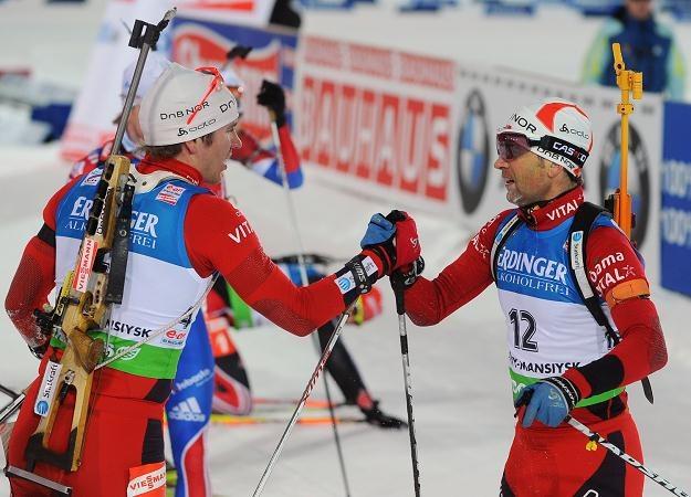 Emil Hegle Svendsen i Ole Einar Bjoerndalen /AFP