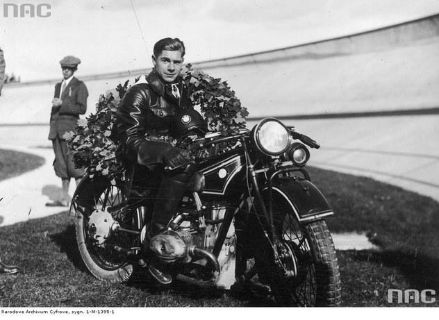 Emil Schweitzer na motocyklu BMW po zwycięstwie w międzynarodowym wyścigu na 10 km, rozegranym na torze WKS Legia Warszawa (wrzesień 1930 r.) /Z archiwum Narodowego Archiwum Cyfrowego