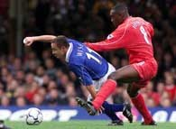 Emile Heskey fauluje Dennisa Wise'a. Leicester-Liverpool 1:4