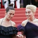 Emilia Clarke marszczy się na czerwonym dywanie