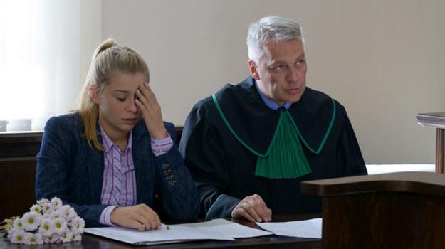 Emilka (Katarzyna Pyszyńska) przeżyje ciężkie chwile na sali sądowej /Agencja W. Impact
