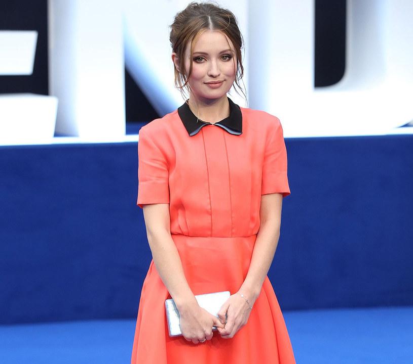 Emily Browning w koralowej sukience /East News