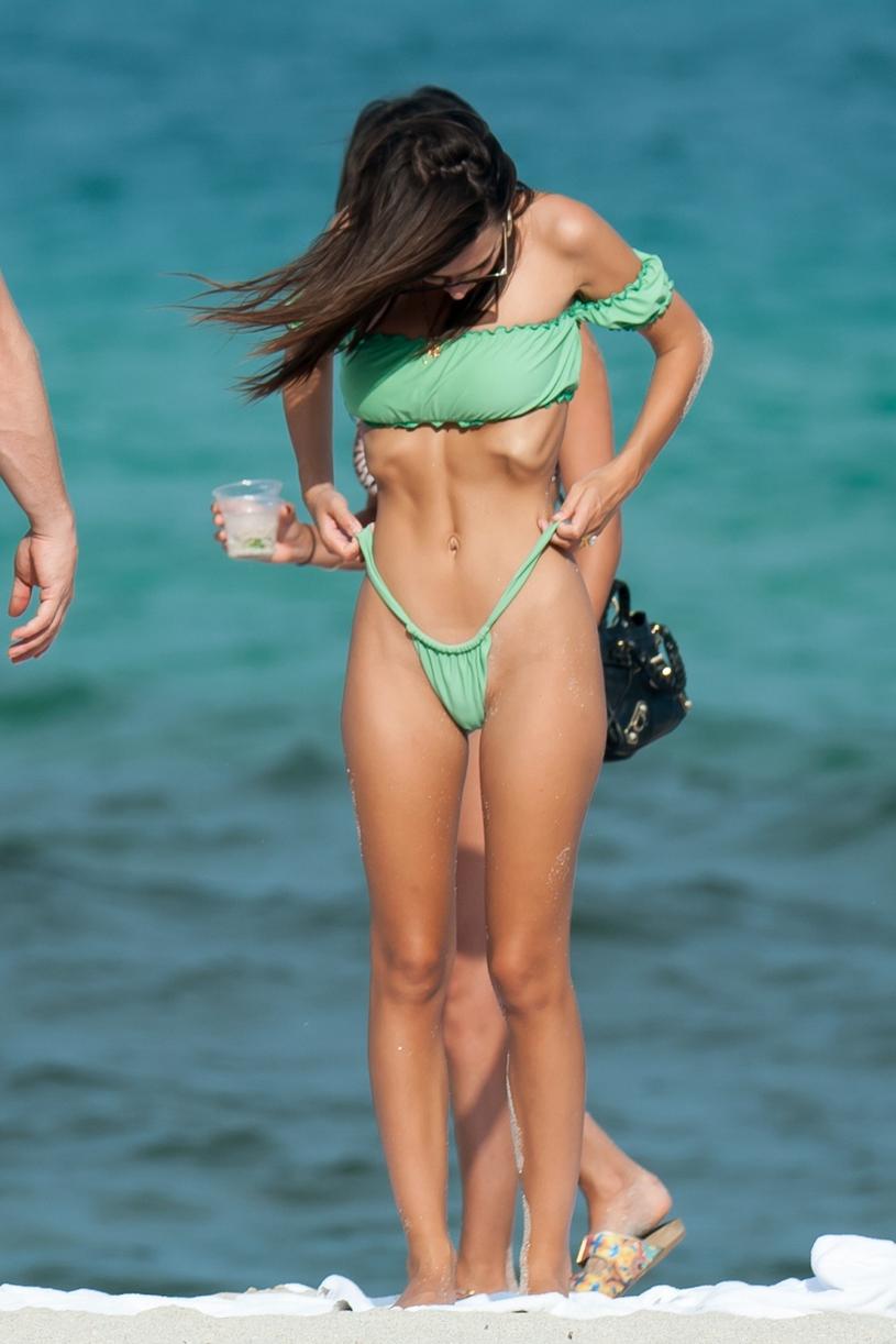 Emily Ratajkowski na plaży w Miami /Splash News /East News
