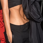 Emily Ratajkowski odsłoniła wklęsły brzuch na pokazie mody!