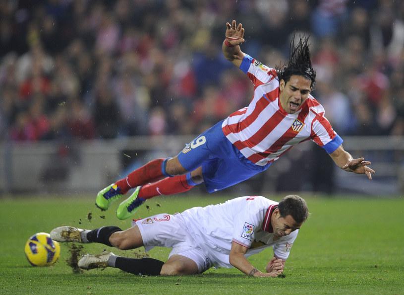 Emir Spahić (na dole) kontra napastnik Atletico Madrid Radamel Falcao. /AFP