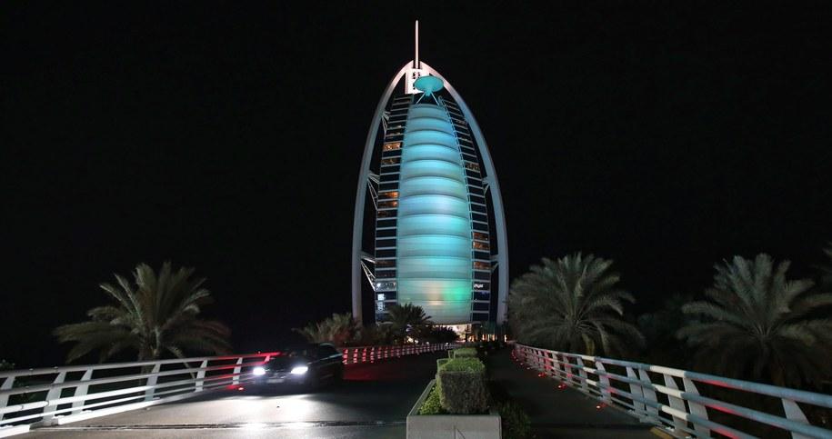 Emiratczycy znani są z rozmachu, z jakim budują nowe obiekty (na zdjęciu Burj Al-Arab w Dubaju) /ALI HAIDER   /PAP/EPA