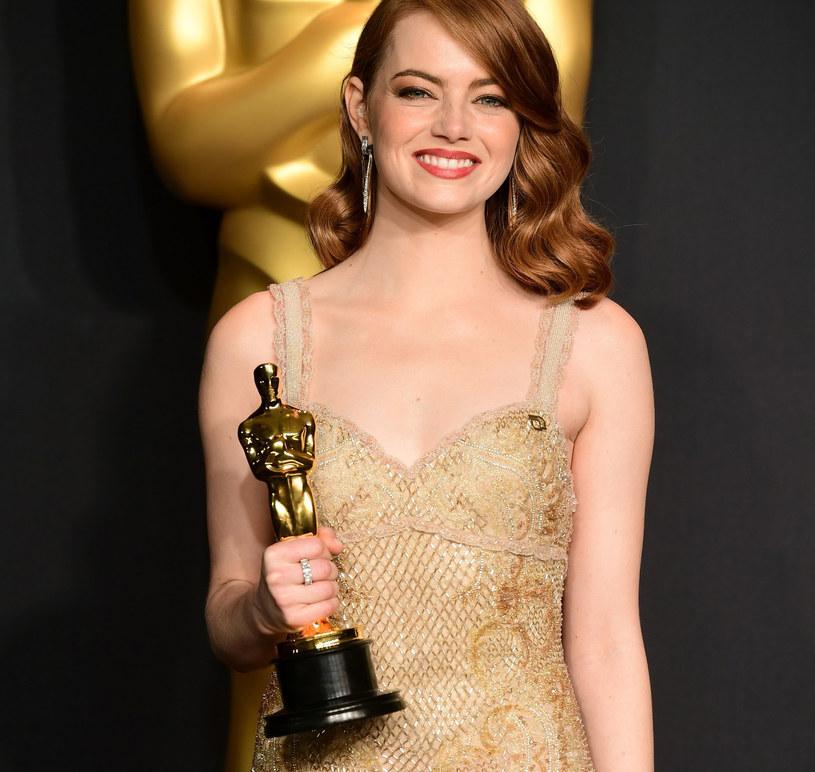 Emma Stone zachwyciła w złotej kreacji /East News