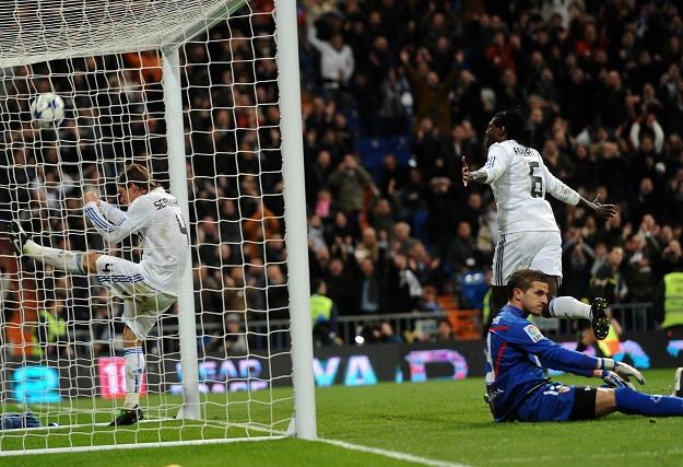 Emmanuel Adebayor fetuje gola dla Realu. /AFP
