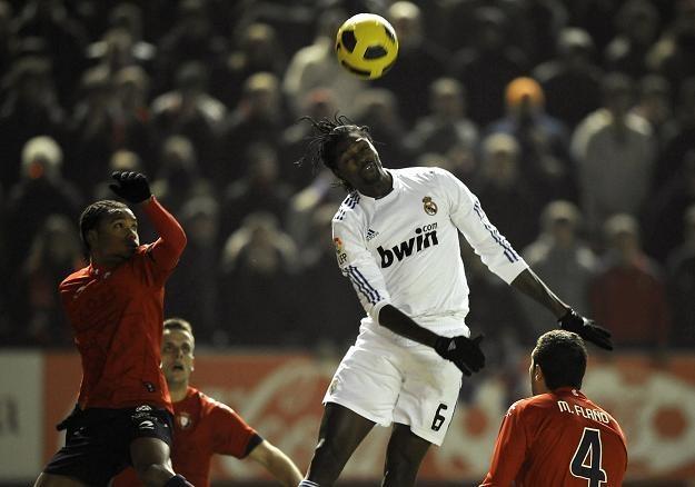 Emmanuel Adebayor walczył bardzo twardo, ale Real nie zdołał wydrzeć zwycięstwa Osasunie /AFP