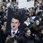 Emmanuel Macron jako Adolf Hitler na plakacie. Będzie pozew