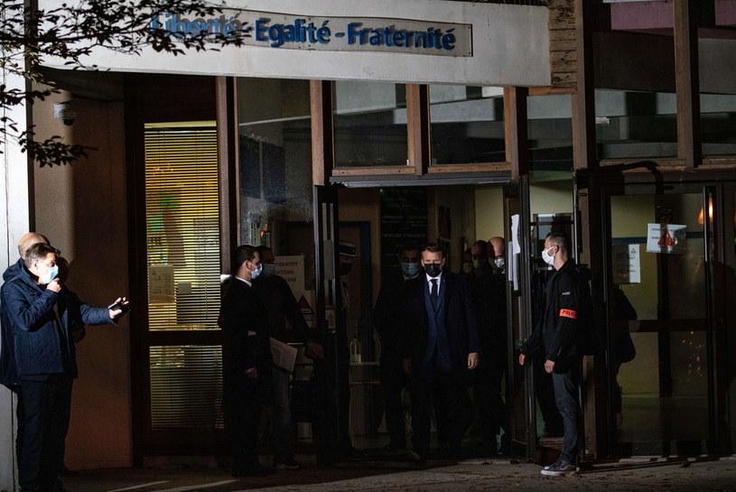 Emmanuel Macron po wizycie w szkole, gdzie uczył zamordowany nauczyciel /PAP/EPA