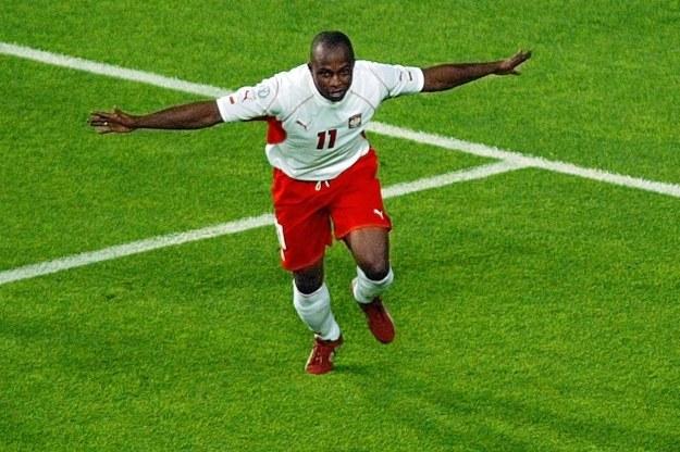 Emmanuel Olisadebe był odkryciem i gwiazdą kadry Jerzego Engela /AFP