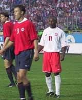 Emmanuel Olisadebe pod bramką rywali /INTERIA.PL