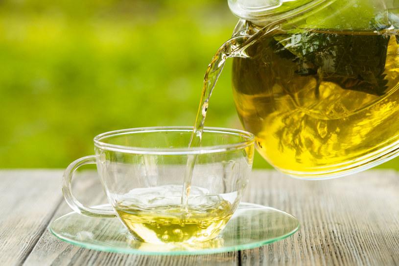 Energetyzująca herbata na bazie rozmarynu, bazylii i kakao to świetny napój na mgłę mózgową /123RF/PICSEL