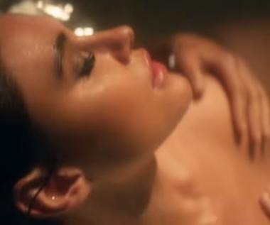 """Enrique Iglesias i Pollyanna Uruena w łazience (""""El Baño)"""