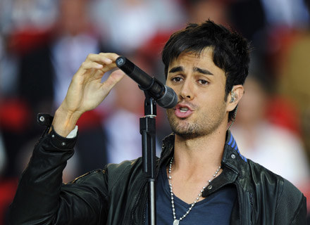 "Enrique Iglesias podczas wykonywania utworu ""Can You Hear Me"" w finale Euro 2008 /copyright UEFA"