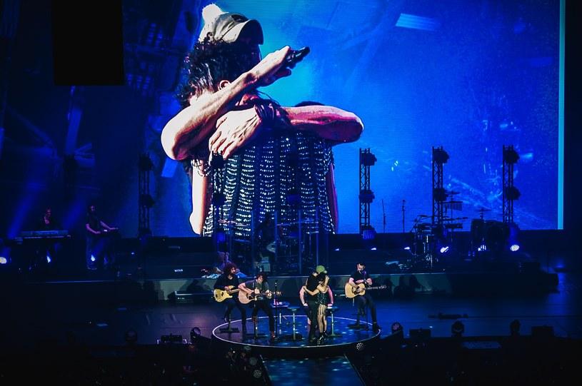 Enrique Iglesias z wokalistką z zespołu, fot. Karol Makurat/REPORTER /East News