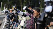 Entuzjaści astronomii obserwujący zaćmienie słońca w okolicach Tokio