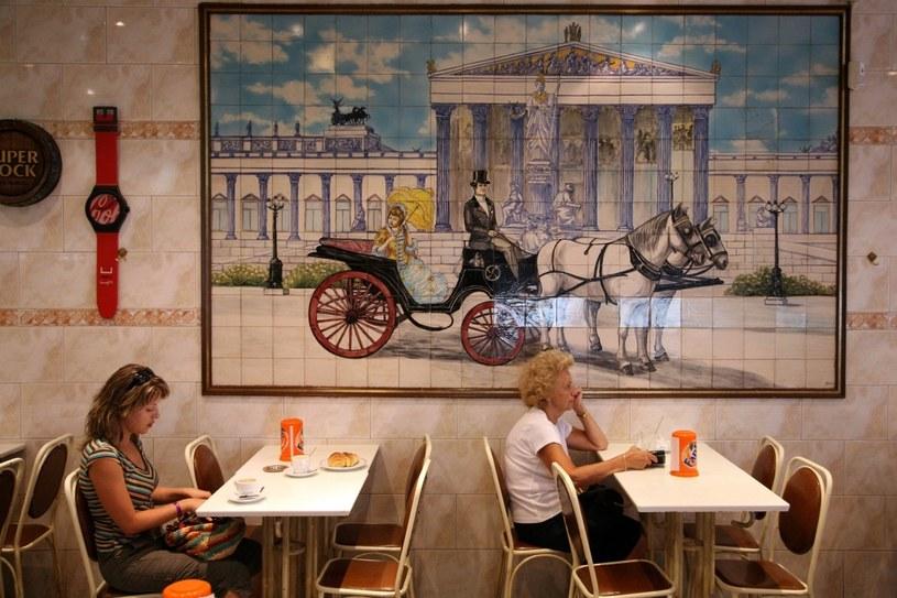 Entuzjastów miejskiego, lizbońskiego życia przyciągną urocze kawiarnie i restauracje /Agencja FORUM