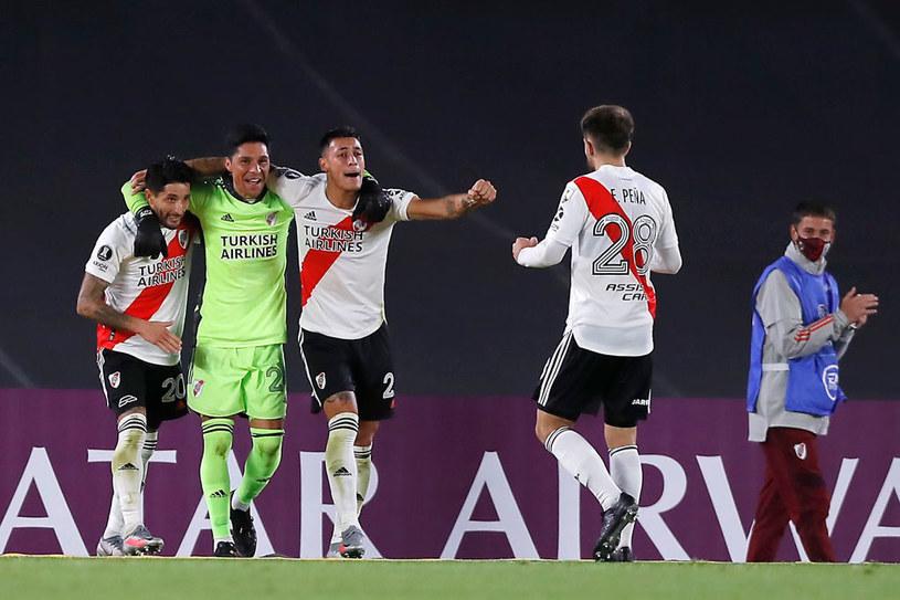 Enzo Perez (drugi z lewej) pierwszy raz w karierze zagrał na pozycji bramkarza /Juan Ignacio Roncoroni / POOL /Getty Images