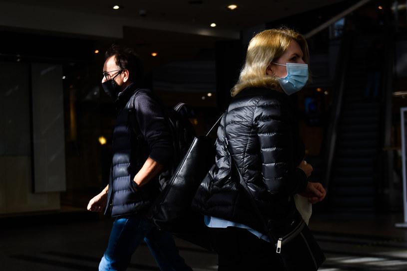 Epidemiolog przestrzega, że nadal nie można zmniejszyć obostrzeń w zachowaniach socjalnych /Omar Marques/SOPA Images/LightRocket /Getty Images