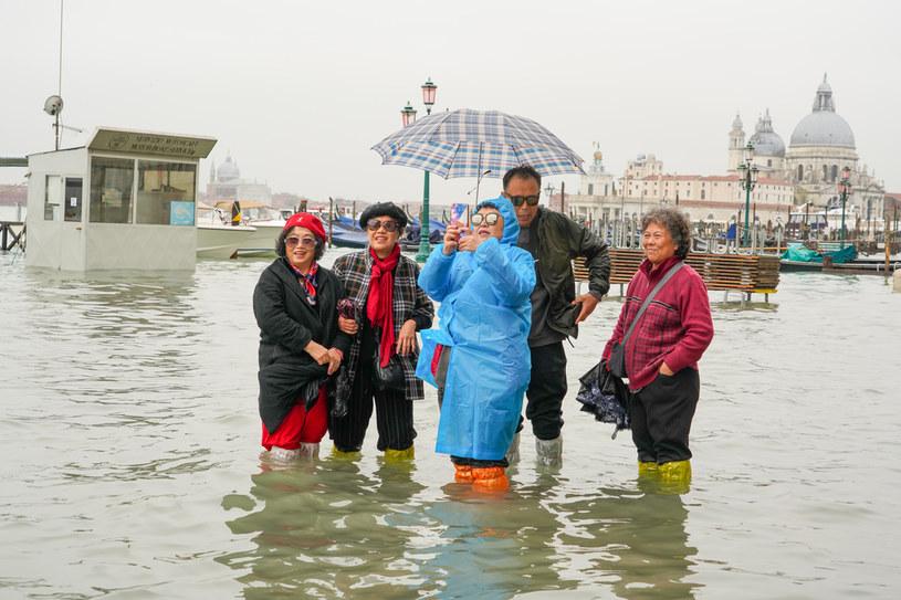 Epizodyczne powodzie w Wenecji zupełnie nie zniechęcały turystów /Carlo Morucchio /Getty Images