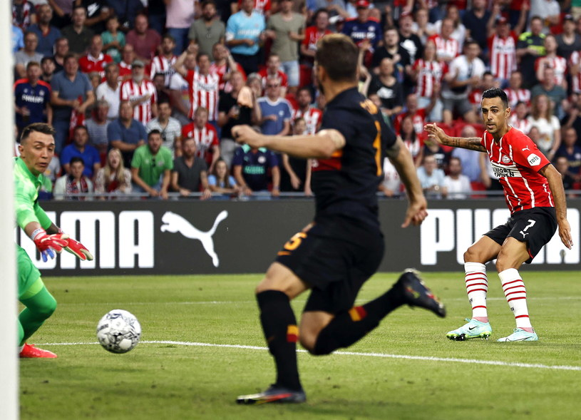 Eran Zahavi strzela gola na 1-0 /PAP/EPA