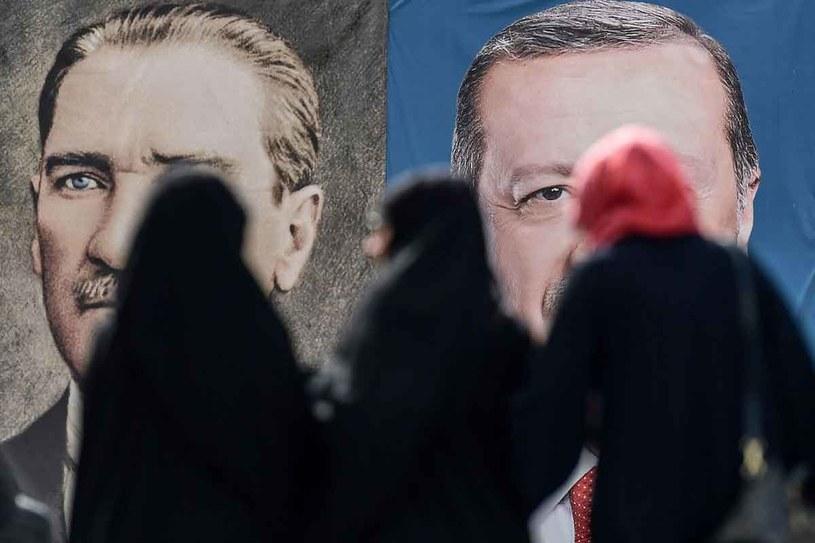 """""""Erdogan wystąpił przeciwko elitom atatürkowskim i sekularnym, a antyelityzm podoba się w Turcji - podobnie jak w Polsce"""" /AFP"""