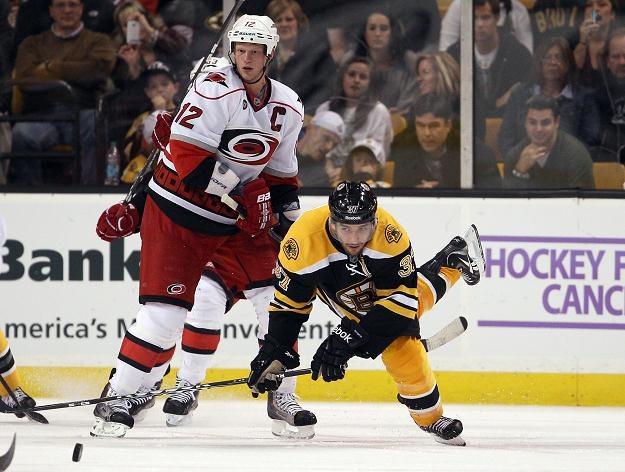 Eric Staal (z lewej) strzelił gola w meczu z Boston Bruins /AFP