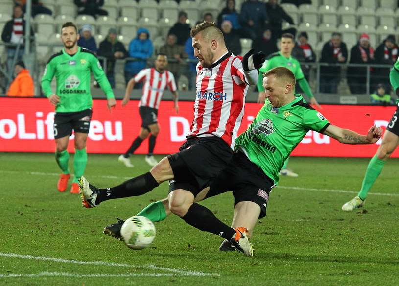 Erik Jendriszek (z lewej) walczy o piłkę z Pawłem Sasinem /Stanisław Rozpędzik /PAP