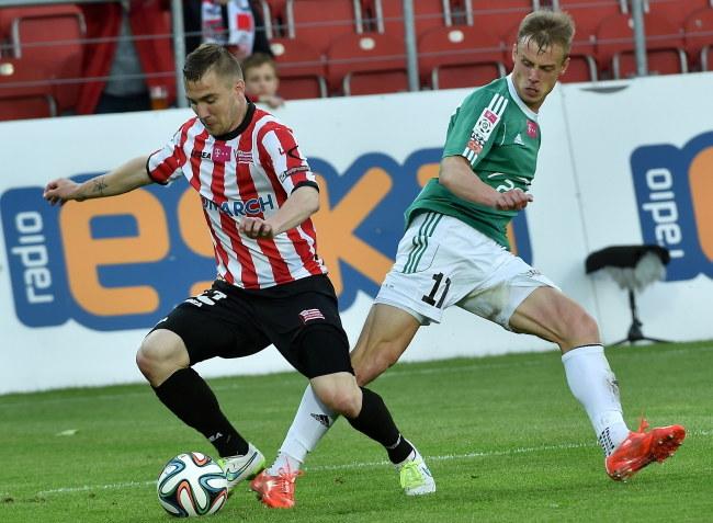Erik Jendriszek (z piłką) i Adrian Basta /Jacek Bednarczyk /PAP