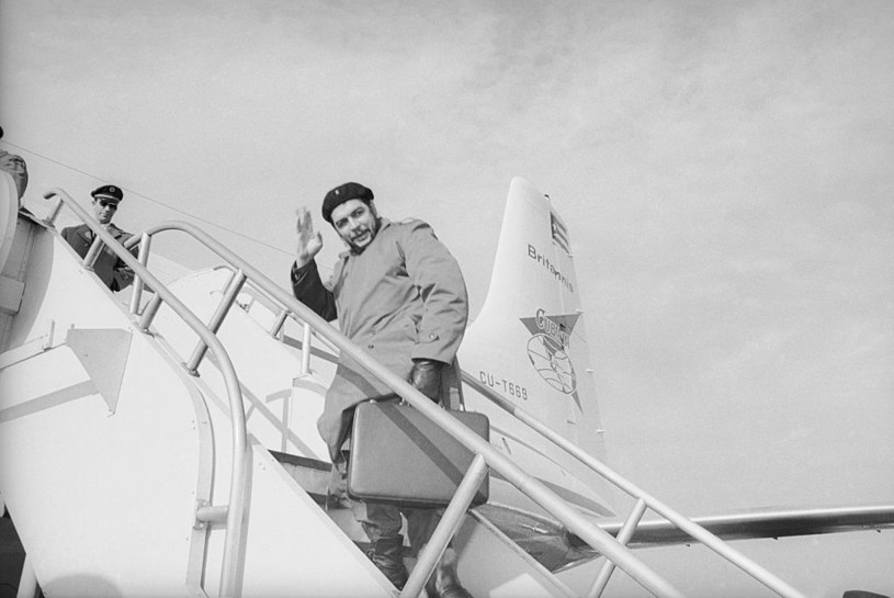 """Ernesto """"Che"""" Guevara wsiada do samolotu w Gander /Bettmann /Getty Images"""