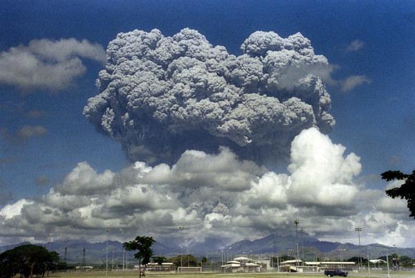 Erupcja wulkanu Mount Pinatubo w 1991 r. /ARLAN NAEG /AFP