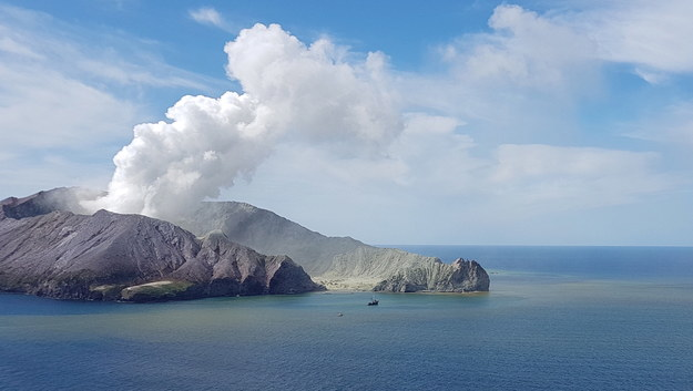 Erupcja wulkanu na Białej Wyspie /AUCKLAND RESCUE HELICOPTER TRUST / HANDOUT /PAP/EPA