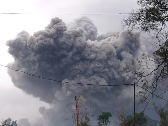 Erupcji towarzyszą gwałtowne opady deszczu /NDONESIAN NATIONAL BOARD FOR DISASTER MANAGEMENT BNPB  /PAP/EPA