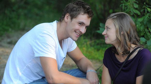 Eryka uprzedza Marcina o swoim wyjeździe do USA. Chłopak decyduje się na nią zaczekać. /Agencja W. Impact