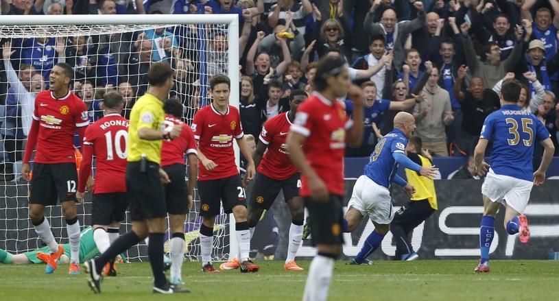 Esteban Cambiasso (drugi z prawej) cieszy się po strzelonym golu Manchesterowi United /AFP