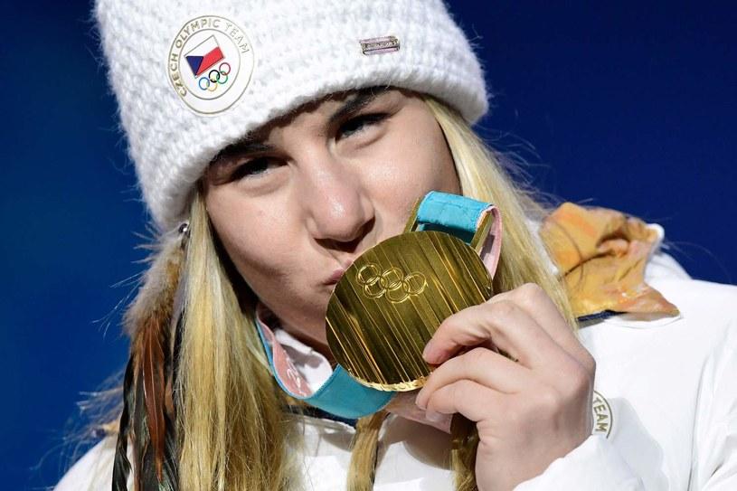 Ester Ledecka ze złotym medalem igrzysk w Pjongczangu /AFP