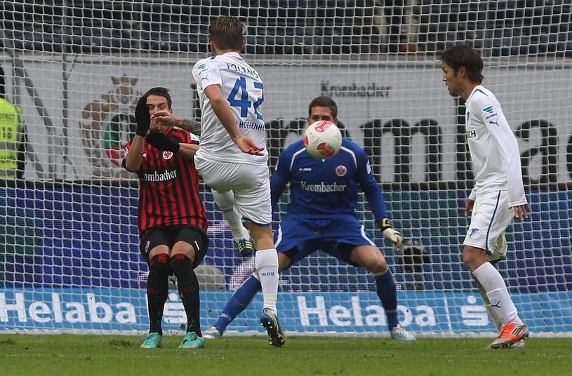 Eugen Polanski strzela na bramkę Eintrachtu /AFP