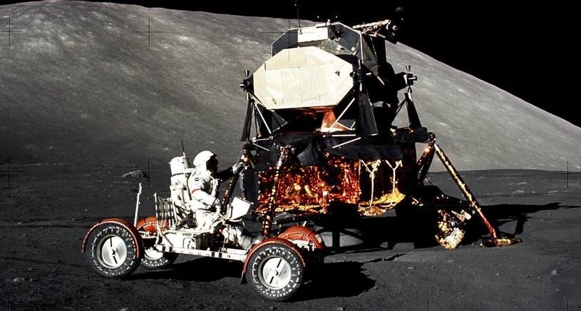Eugene Cernan w łaziku, zdjęcie wykonał Schmitt /NASA