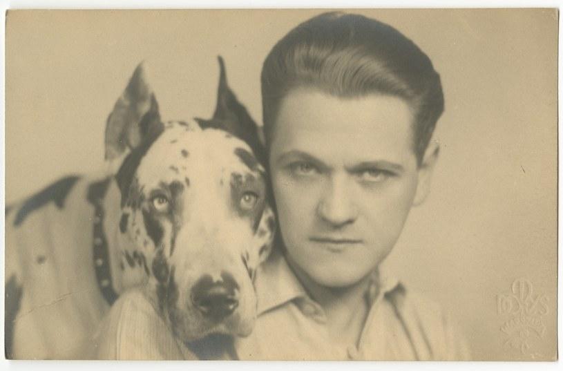 Eugeniusz Bodo ze swoim ukochanym dogiem, fot. ze zbiorow Muzeum Historycznego Miasta Krakowa /brak /Agencja FORUM